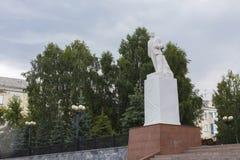 Minnesmärke till Lenin i parkera royaltyfria bilder