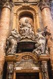 Minnesmärke till påven Benedict Inside Saint Peters arkivfoto