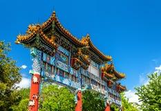 Minnesmärkebågen i Jingshan parkerar utanför slottmuseet - Peking Royaltyfri Bild