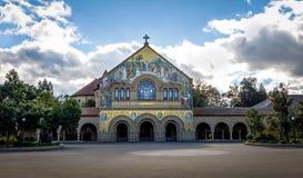 Minnesmärkekyrka i huvudsaklig kvadrat av Stanford University Campus - Palo Alto, Kalifornien, USA arkivfoto