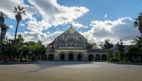 Minnesmärkekyrka i huvudsaklig kvadrat av Stanford University Campus - Palo Alto, Kalifornien, USA royaltyfri bild