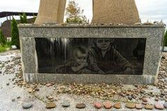 Minnesmärken till offren av förintelsen med en marmorplatta Arkivfoto