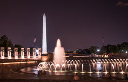 Minnesmärke för Washington Monument och världskrig II på natten Arkivbilder