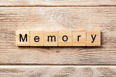 Minnesord som är skriftligt på träsnittet minnestext på tabellen, begrepp royaltyfri fotografi