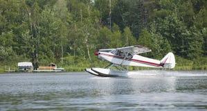 Minnesota湖的小floatplane土地 免版税库存照片