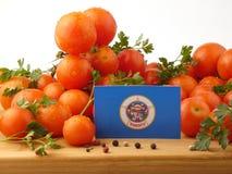 Minnesota-Flagge auf einer Holzverkleidung mit den Tomaten lokalisiert auf einem whi Lizenzfreie Stockbilder