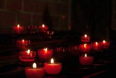 Minnesstearinljus i kyrkan arkivfoto
