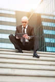 Minnestavla för dator för blick för affärsman säker användande Royaltyfria Bilder