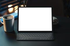 Minnestavla med den tomma vita skärmen och tangentbordet på tabellen workspace framförande 3d arkivbild