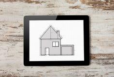 Minnestavla med teckningen av lägenhethuset på skärmen på en backgr arkivfoto