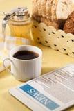 Minnestavla och kopp kaffe Arkivfoto