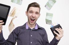 Minnestavla och kreditkortar för ung vuxen man hållande, medan pengar (euro) faller från luft Royaltyfri Foto