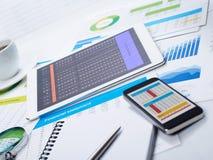 Minnestavla och mobiltelefon på skrivbordet Fotografering för Bildbyråer