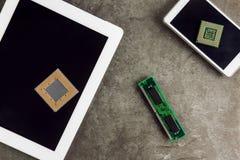 Minnestavla och Smartphone med processorer Royaltyfri Bild