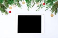 Minnestavla på den vita skärmen för modell i jultid Julgran gåvor, garneringar på bakgrund arkivfoton