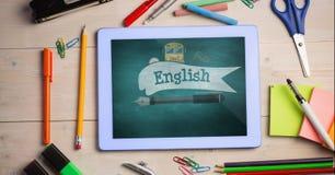 Minnestavla på en skolatabell med skolasymboler på skärmen Royaltyfri Bild