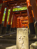 Minnestavla på torusportar på den Fushimi Inari relikskrin Royaltyfria Foton