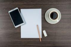 Minnestavla, papper, radergummi och blyertspenna med kaffe Royaltyfri Bild