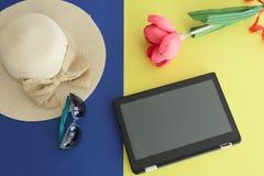 Minnestavla Straw Beach Female Hat med en pilbåge, solglasögon och en pappers- handgjord blomma som isoleras på gul och blå bakgr royaltyfria foton