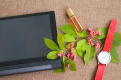 Minnestavladator med det blomningfilialen, armbandsuret och dofter Royaltyfri Fotografi