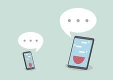 Minnestavlan och ilar telefonen med anförandebubblor Arkivfoto
