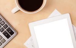 MinnestavlaPC med tomt utrymme och en kopp kaffe på ett skrivbord Arkivbild