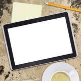 MinnestavlaPC och kaffekopp på gammal konkret yttersida Arkivfoton