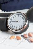 Minnestavlor och blodtryckmeter på en kalender Fotografering för Bildbyråer