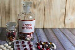 Minnestavlor och olika färger för preventivpillerar Arkivfoton