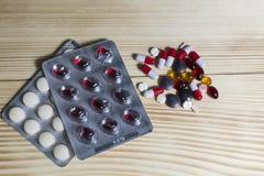 Minnestavlor och olika färger för preventivpillerar Royaltyfri Bild