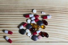 Minnestavlor och olika färger för preventivpillerar Royaltyfria Bilder
