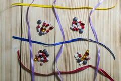 Minnestavlor och olika färger för preventivpillerar Arkivfoto