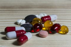 Minnestavlor och olika färger för preventivpillerar Fotografering för Bildbyråer