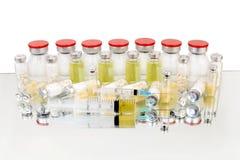 Minnestavlor och vacciner i medicinska små medicinflaskor Arkivbild