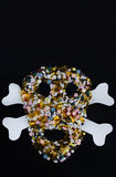 Minnestavlor, preventivpillerar och kapslar, som formar en kuslig skalle , isolerat på svart bakgrund med kopieringsutrymme Royaltyfri Foto