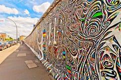 Minnesvärt segment av Berlin Wall med grafitti Royaltyfria Bilder