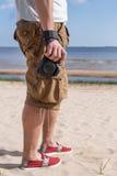 Minnet av ferien och den varma sommaren - en man och en kamera royaltyfri fotografi