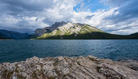 Minnewanka湖在班夫国家公园,加拿大 库存照片