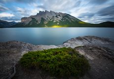 Minnewanka湖在班夫国家公园,有长的exposu的加拿大 免版税图库摄影