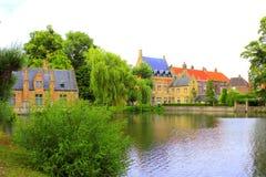 Minnewater湖大厦风景布鲁日比利时 免版税库存照片