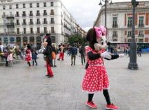 Minnie和米老鼠服装的人们走招待游人 库存照片