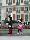 Minnie和米老鼠问候人在La普埃尔塔del Sol马德里西班牙 库存照片