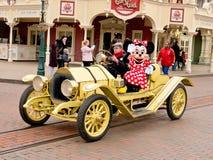 Minnie Maus in einem Auto Lizenzfreie Stockfotos