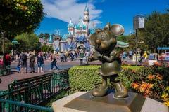 Minnie Mouse-Bronsstandbeeld Disneyland stock afbeeldingen