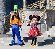 Minnie Mouse et Goofy sur l'étape au monde Orlando Florida de Disney photos libres de droits