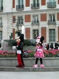 Minnie och Mickey Mouse hälsningfolk i LaPuerta del Sol Madrid Spain arkivfoton