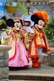 Minnie och Mickey Mouse under en show, Disneyland Paris arkivfoton