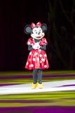 Minnie se vistió para arriba en alineada roja en patines Imagen de archivo libre de regalías