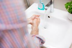 Minns alltid att tvätta dina händer efter toalett! Fotografering för Bildbyråer
