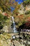 Minoh-Wasserfall im Herbst lizenzfreies stockfoto